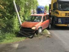 Bestuurder gewond na botsing tegen lantaarnpaal in Langerak