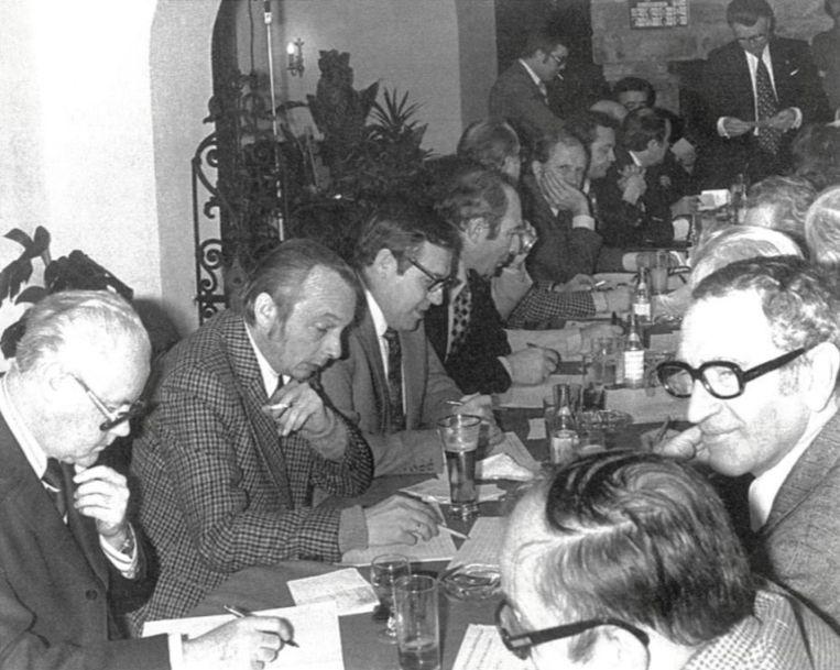 De stemmentelling zoals die in het begin van de jaren tachtig nog gebeurde. We herkennen onder meer een jonge Rik De Saedeleer (derde van links) en Charles Baete (tweede van rechts), die het Gouden Schoen-referendum bedacht.