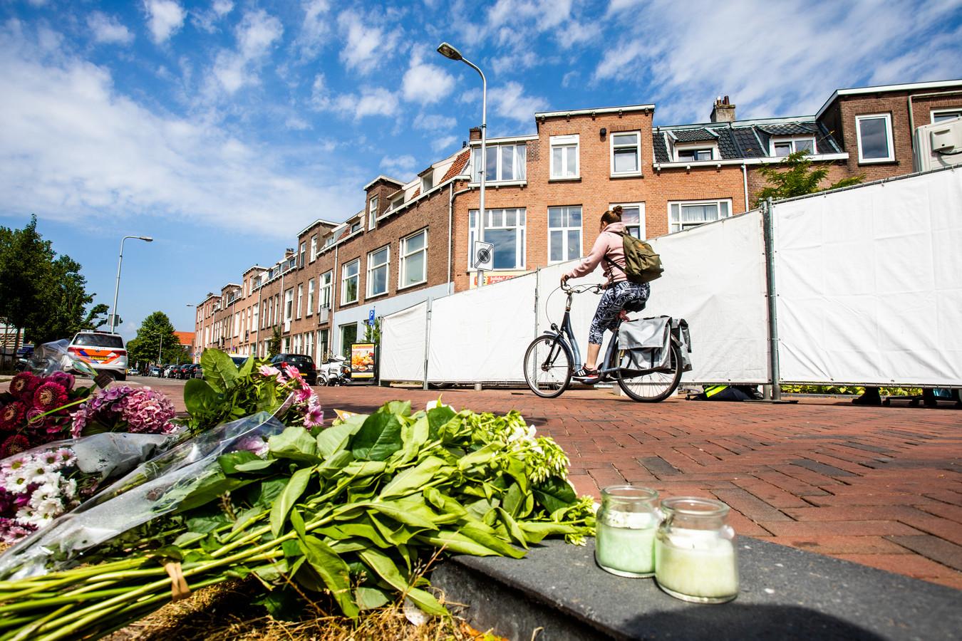 Bloemen voor het studentenhuis aan de Bosboomstraat in Utrecht, waar de omgebrachte Laura Korsman tot 11 juli woonde.
