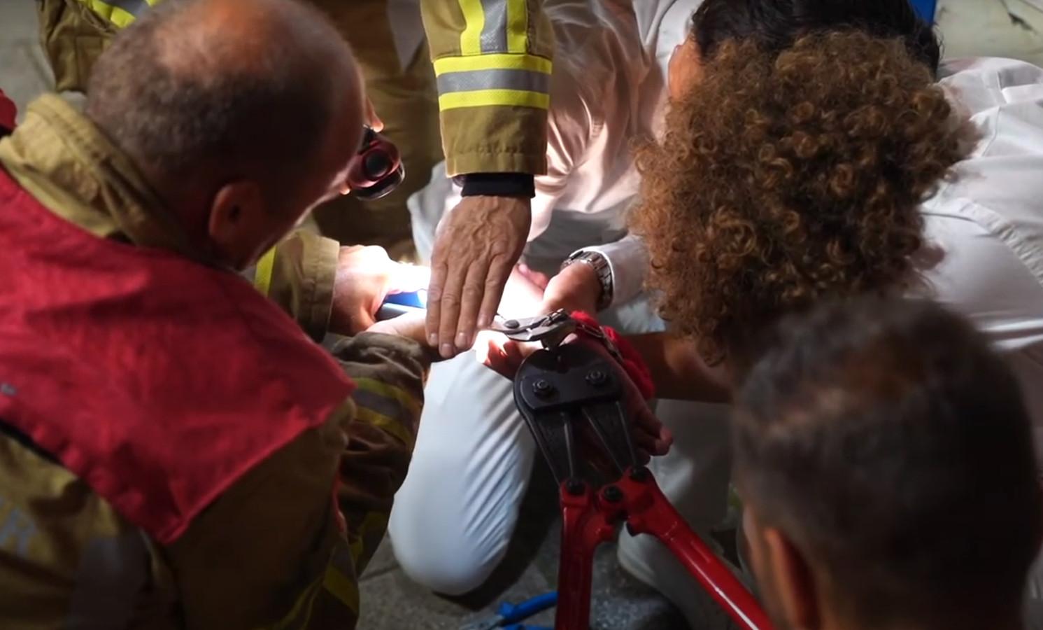 Meerdere brandweerlieden moesten met een kniptang in de weer.