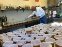 Alex van Rossem van De Gouden Leeuw vulde 350 bekers met soep uit grootmoeders tijd.
