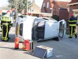 Auto raakt paaltje en komt op zijkant terecht in Roosendaal