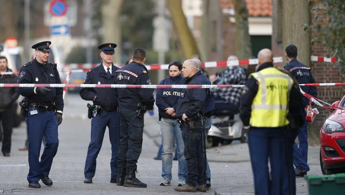 Politieagenten in de Fazantstraat in de Rotterdamse wijk Charlois waar de schietpartij plaatsvond