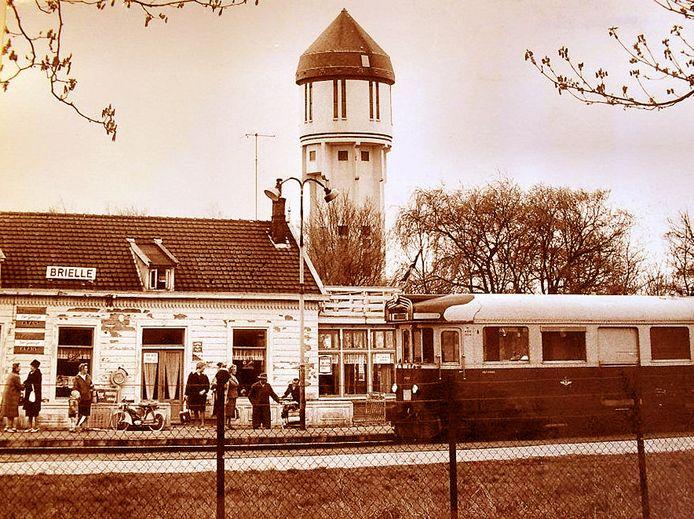 Het RTM-tramstation met café in Brielle langs de Groene Kruisweg in 1962 met op de achtergrond de watertoren.