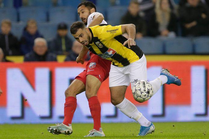 Oussama Tannane in het duel met FC Utrecht. De Vitessenaar troeft Mark van der Maarel af.