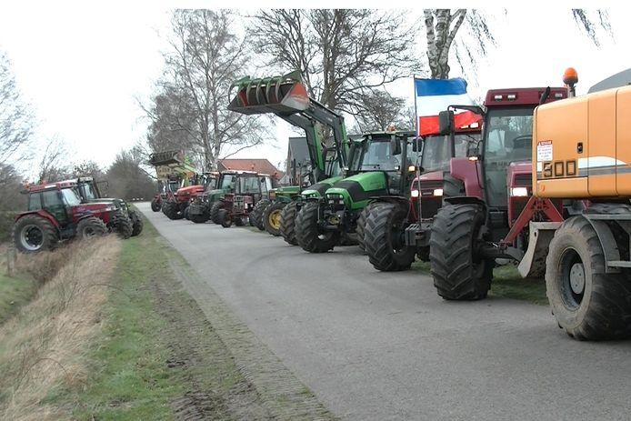 Zo'n zestig boeren trokken begin dit jaar al op de trekker naar Vragender, als steun voor konijnenfokker Henk Oonk in Vragender.
