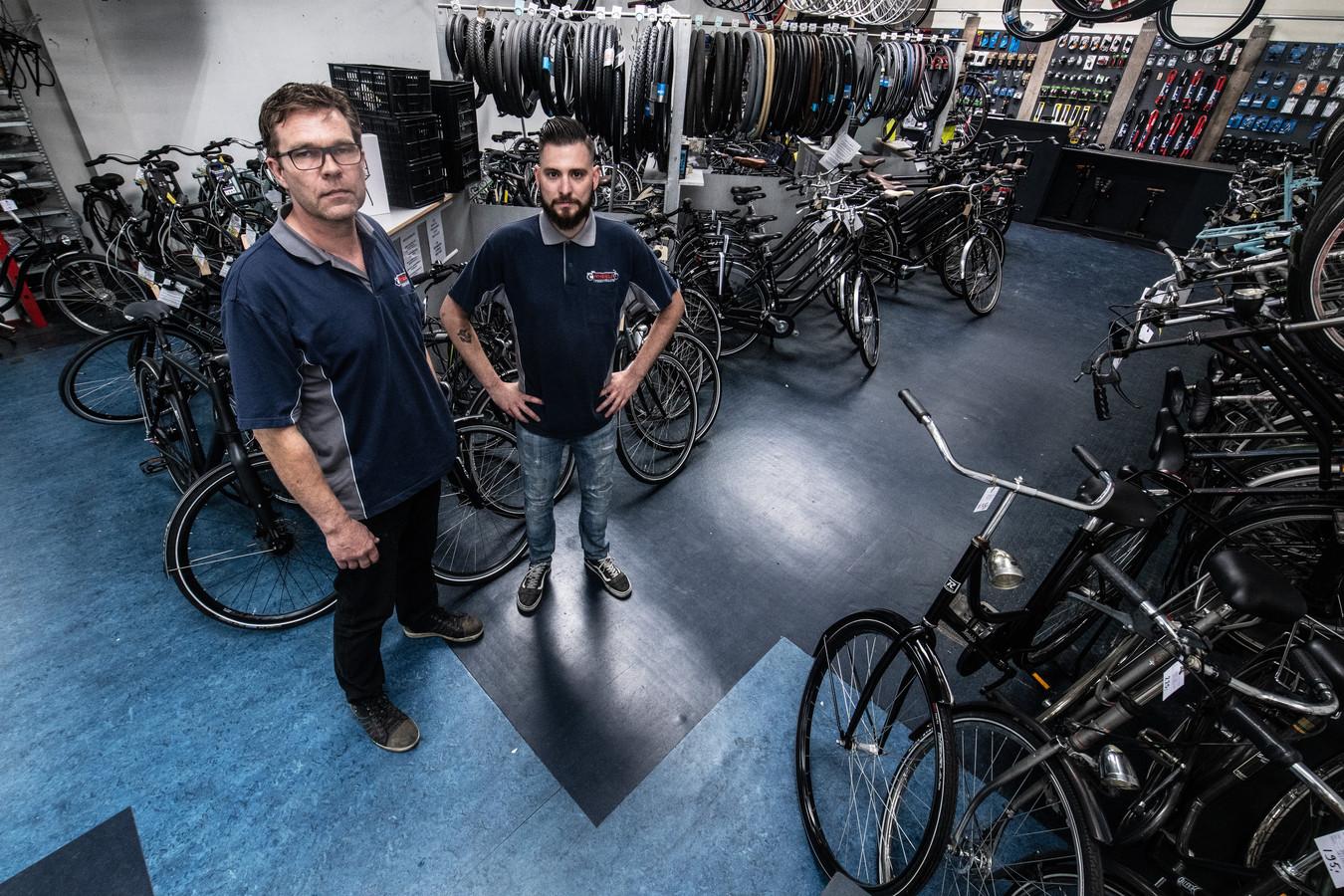 Eigenaar Johan Breuker en een medewerker van Wheels.
