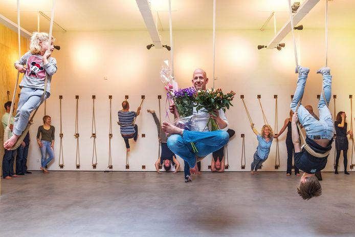 Bij de opening van de nieuwe studio horen natuurlijk bloemen. Claas Hille is ermee gaan zitten in een halve lotushouding.