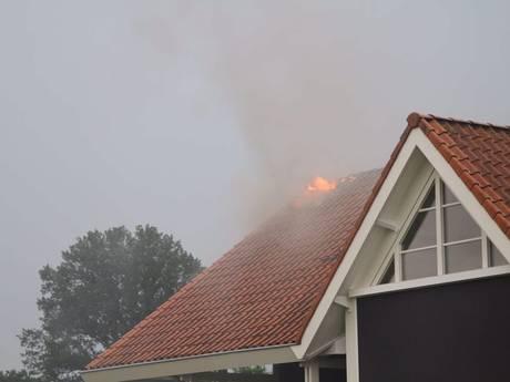 Blikseminslag zorgt voor brand in overkapping houten woning in Putten