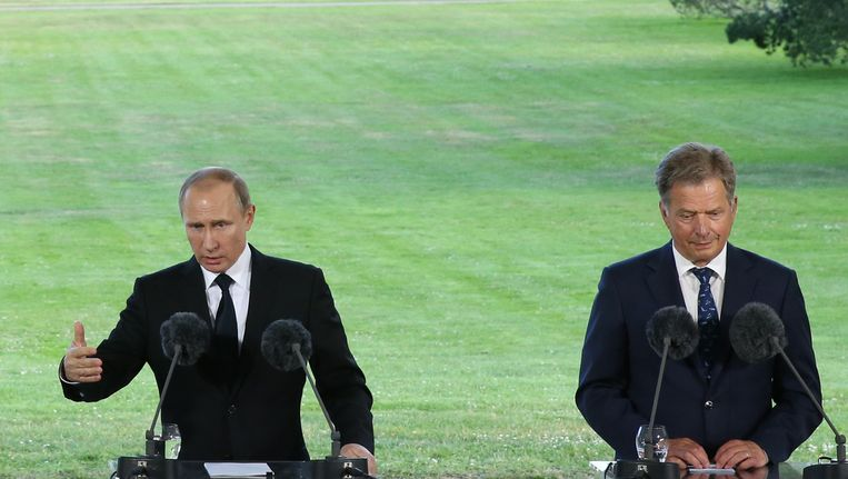 De Russische president Vladimir Poetin (links) was vrijdag in Finland en hij waarschuwde de Finse collega Sauli Niinisto dat een Finse toenadering tot de NAVO gevolgen zal hebben. Beeld getty