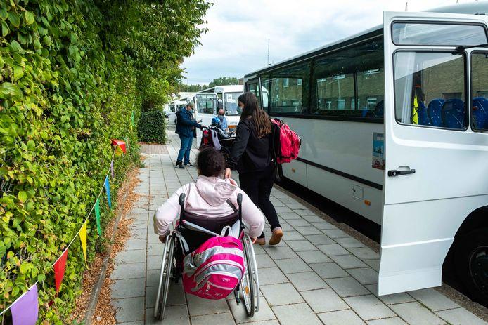 De leerlingen van buso-school De Tjalk zitten nog altijd uren op de bus van en naar school.