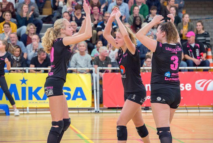 Eline Peeters (links) viert een punt met Lara Hendricks en Bregje van den Heuvel (3).