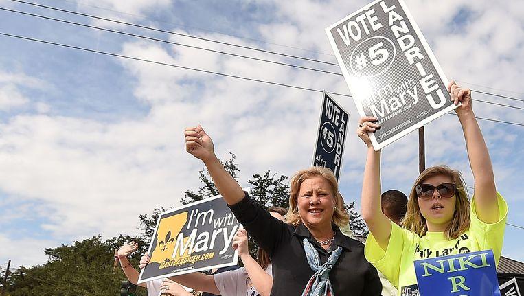De Democratische kandidaat Mary Landrieu (links) te midden van haar supporters. Beeld afp