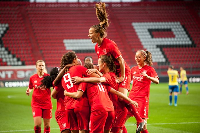 De vrouwen van FC Twente wonnen bij de laatste zestien over twee wedstrijden met 5-4 van het Oostenrijkse St. Pölten.