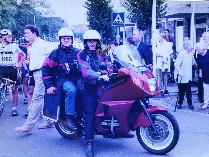 Jan Kerremans als jurylid achter op de motor bij Henk Raaijmakers.