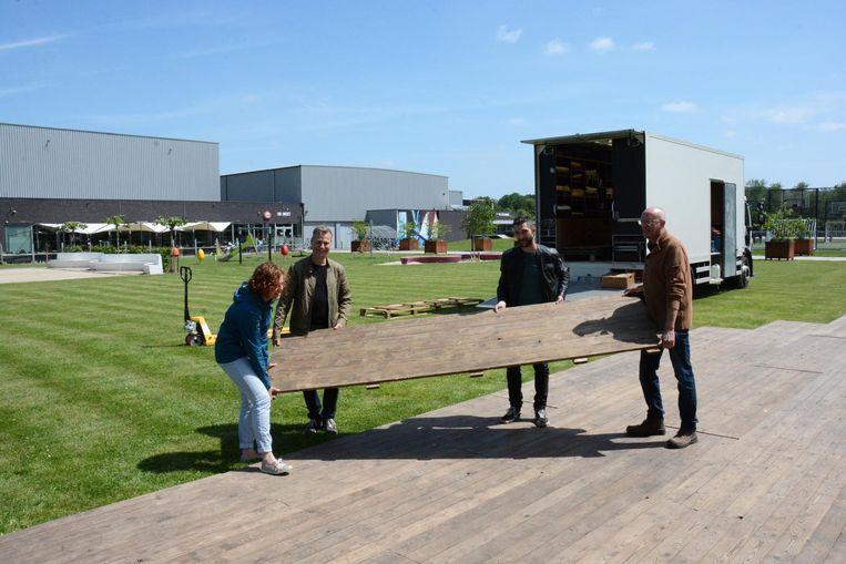 De opbouw van het festivalterrein aan de Sportstek was gisteren volop bezig.