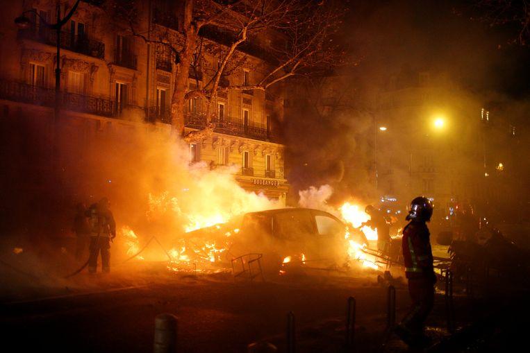 Heel wat geparkeerde wagens  gingen in vlammen op.