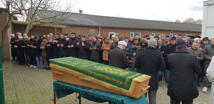 De indrukwekkende ceremonie bij de Osse moskee Mescidi Cuma, voor de overleden Züleyha Kaba.