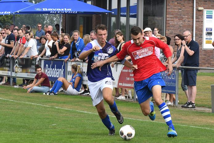 Boyd van Sambeek van De Zwaluw (rechts) in duel met Tim Peters van Sambeek.