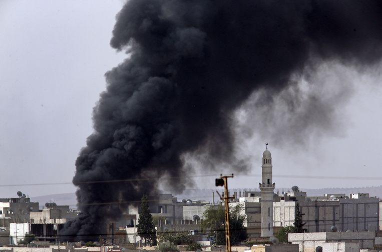 Hevige rook na een luchtaanval op Kobani. Beeld ap