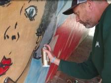 Graffitikunstenaars leven zich uit in fietstunnel Wijchen