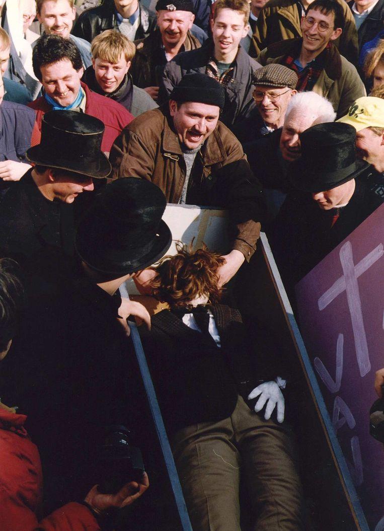 In 1995 droegen boeren in Den Haag een doodskist met een pop die landbouwminister Van Aartsen moest voorstellen.  Beeld Hollandse Hoogte /  ANP