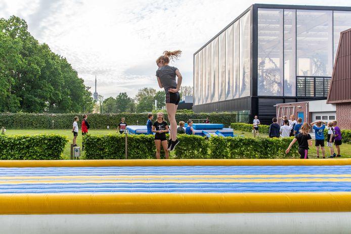 Forza Gymnastica uit Goes traint buiten op de tumblingbaan.