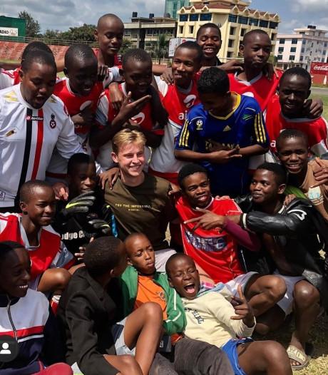 Frenkie de Jong duikt op bij voetbalschool in Tanzania