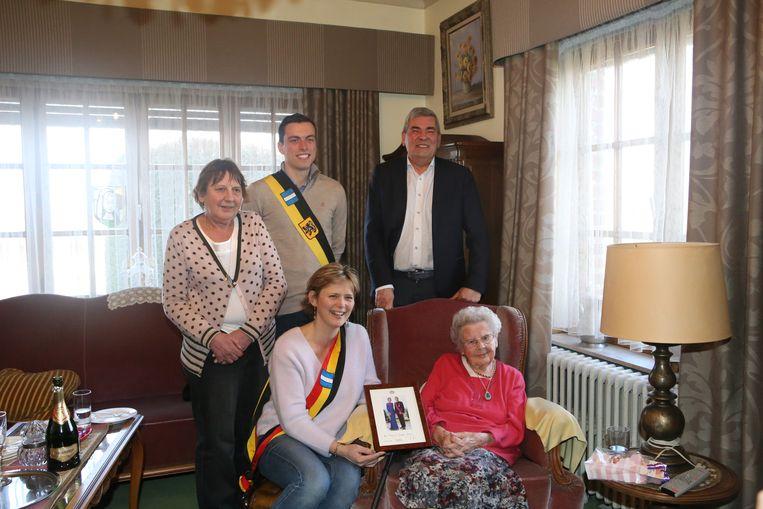 De 100-jarige Josephina krijgt een aandenken van het koningspaar.