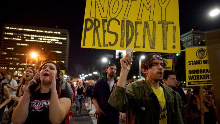 Ook in Los Angeles gaan mensen de straat op om te protesteren tegen Trump. Beeld AP