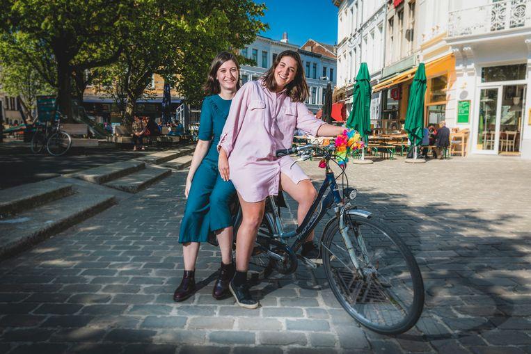 Myrthe Winters en Maartje Roskams. Deze zomer fietst Maartje naar Barcelona.