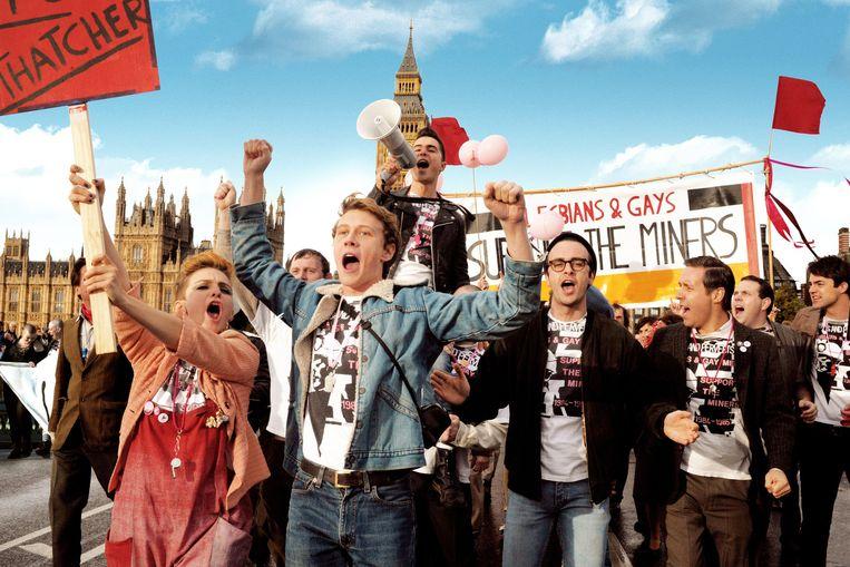 Scène uit de film Pride: een groep homo's besluit stakende mijnwerkers te ondersteunen. Beeld Nicola Dove