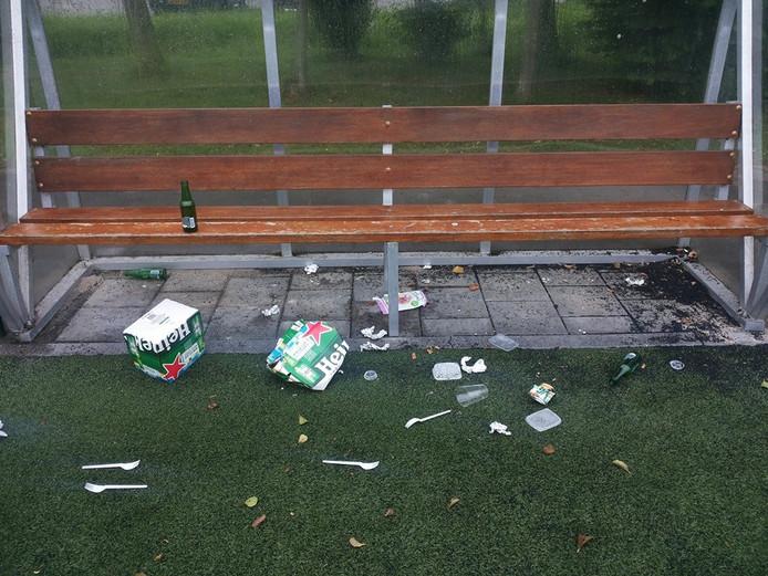 Bij FC Binnenmaas lieten jongeren rommel achter in de dug-out.