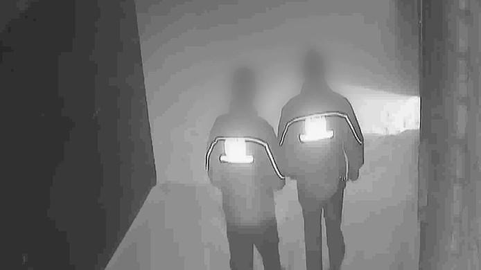 De beveiligers lopen tot twee keer toe hun rondje om en door het pand.