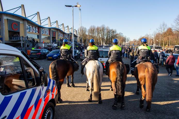 De politie had zondag alles onder controle bij het Koning Willem II Stadion in Tilburg, waar Willem II en NAC Breda elkaar troffen voor de Brabantse derby.