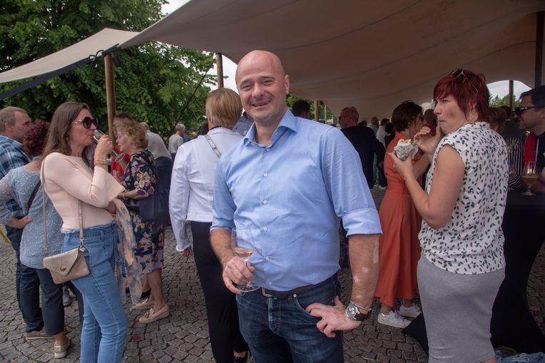 Schepen Dietbrand Van Durme kan lachend genieten van het verkiezingsaperitief bij THOG Massemen. Bij de gemeenteraadsverkiezingen belandde hij nog in het oog van de storm na een klacht van Open Vld.