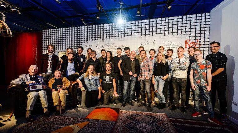 3FM-dj's poseren voor een groepsfoto tijdens de opening van de tentoonstelling Your Serious Radio. Beeld null