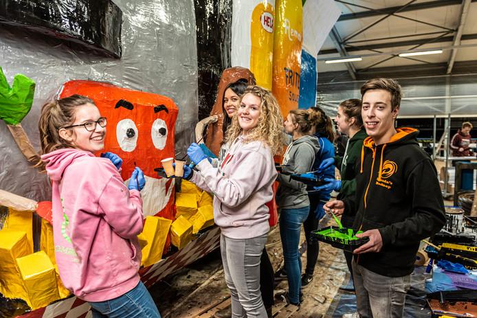 Leden van carnavalsvereniging De Krooshappers uit Boskoop zijn druk met de bouw van een praalwagen.