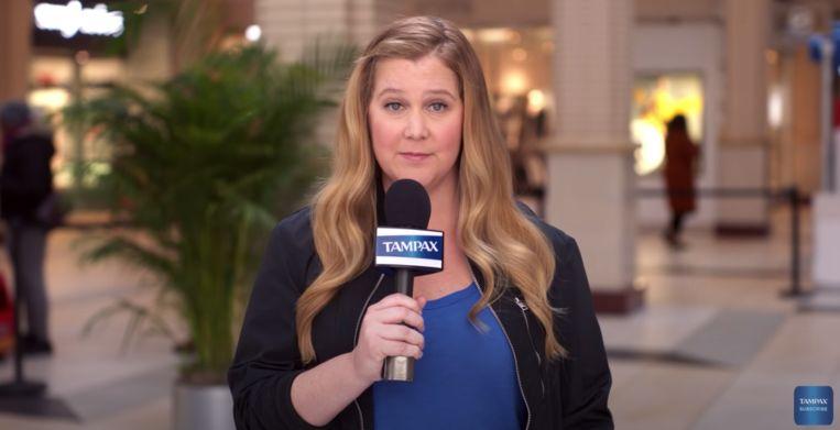 Amy Schumer in de campagne van Tampax.