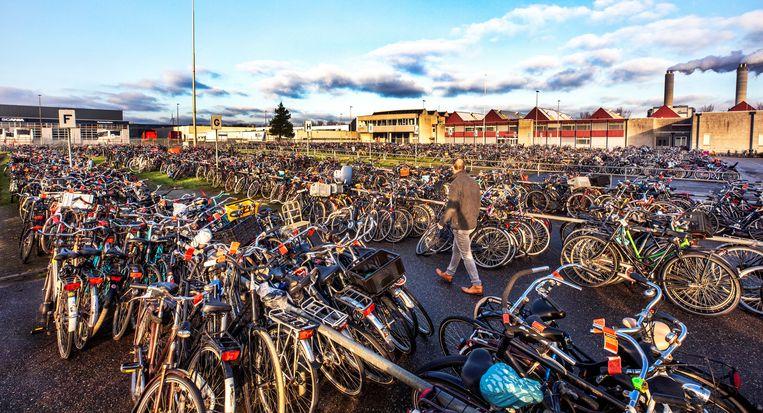 Het fietsendepot in het westen van Amsterdam. Beeld null
