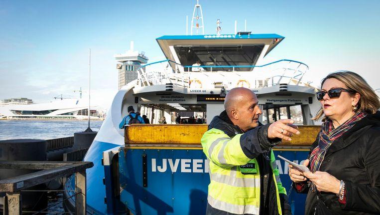 De immer vrolijke 'instapbegeleider' Johan Schaap helpt pontpassagiers waar nodig. 'De positieve reacties motiveren me' Beeld Dingena Mol