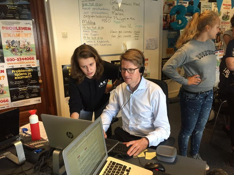 Staatssecretaris Sander Dekker neemt een half uur lang klachten van examenkandidaten aan. Beeld Lorianne van Gelder