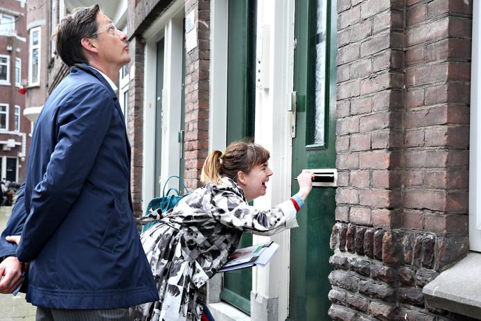 Joost Eerdmans en Lot Mertens gaan van deur tot deur.