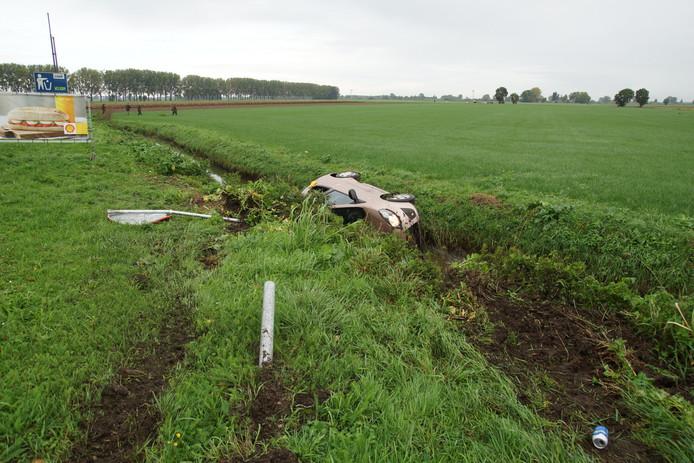 De auto belandde in Sprang-Capelle in de sloot.