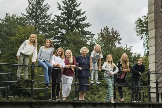 Een portret van Prinses Beatrix met haar kleinkinderen genomen bij kasteel Drakensteyn ter gelegenheid van haar tachtigste verjaardag.