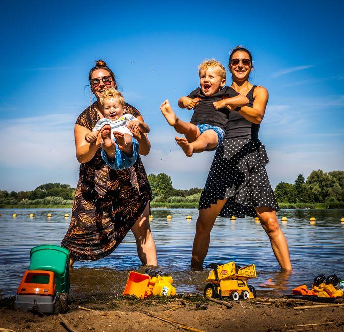Esther van der Spek (30) en Marloes Hof (33) en hun zoontjes Rico (2) en Sef (3) op een zomerse dag op het strandje bij Westmaas.