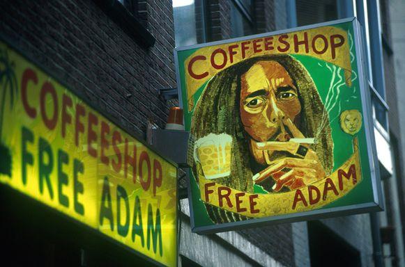 In Nederland wordt de verkoop via coffeeshops gedoogd, maar teelt en aanvoer is verboden.