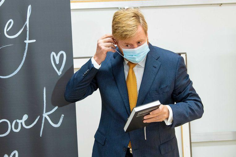 Koning Willem-Alexander eerder deze week in het Handelshuys, waar hij het eerste exemplaar van het reizend Coronadagboek in ontvangst nam, een boek waarin persoonlijke verhalen over de periode sinds de uitbraak van het coronavirus zijn gebundeld.  Beeld ANP