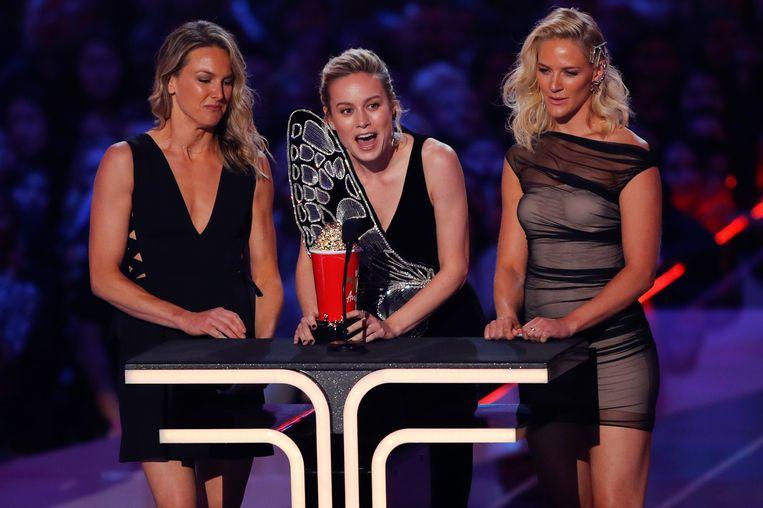 Captain Marvel actrice Brie Larson accepteert de award voor 'beste gevecht' met haar stuntvrouwen.