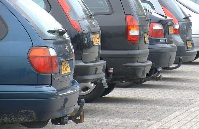 Drie Alphenaren worden verdacht van diefstal en het omkatten van auto's.